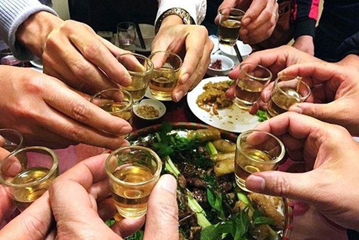 cần chú ý khi uống rượu để trách ngộ độc