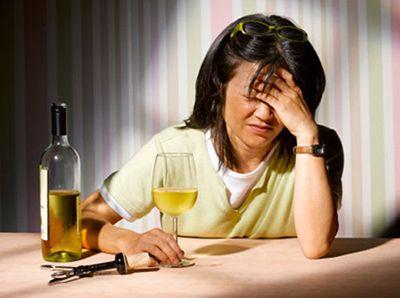 vì sao uống rượu lại đau đầu