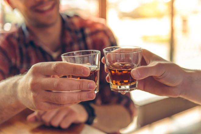 Tại sao uống rượu xử lý qua máy lão hóa rượu Gipwin không khô cổ, khát nước?